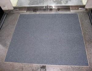 Nedfelt matte i inngangsparti